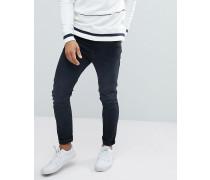 Enge Jeans mit Tasche und Markendesign hinten