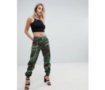 Hose mit Military-Muster und Kette