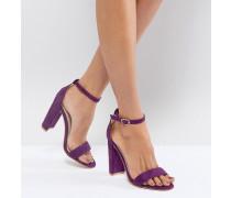 Filigrane violette Sandalen mit Blockabsatz