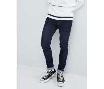 Enge Jeans in Indigoblau mit Markenetikett hinten