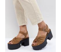 Hellbraune Sandalen mit gedrehter Vorderseite