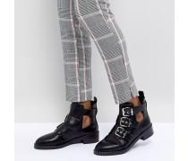 Stiefel mit verschiedenen Schnallen und Zierausschnitten