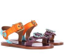 Verzierte Sandalen aus geprägtem Leder und Satin