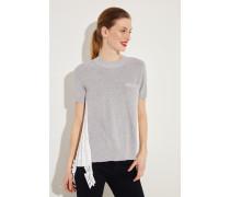 Pullover mit Plissee-Detail Grau/Weiß- Pullover in Grau - Plissierte Rückseite mit Spitzenbesatz in Weiß - Rundhalsausschnitt - Brusttasche - Kurze Ärmel - Ausgestellte Silhouette - Auf Gesäßhöhe endend Größe des Models: 179cm Material 1: -