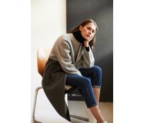 Caschmere Mantel Grau- Mantel in Grau - Rundhalsausschnitt - Lange Ärmel - Frontaler Reißverschluss - Seitliche Eingrifftaschen - Gerade Silhouette - Knieumpielend Material 1: -