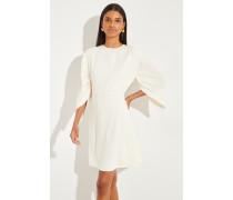 Kurzes Kleid mit asymmetrischen Ärmeln Buttercrème