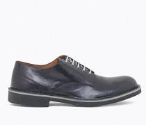 Schuh mit vorgetäuschter Schnürung
