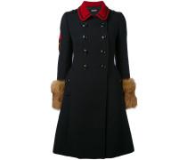Doppelreihiger Mantel mit Fuchspelzbesatz
