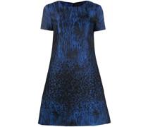 Ausgestelltes Kleid mit Verzierungen