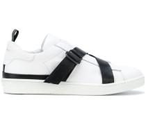 Sneakers mit Kontrastriemen