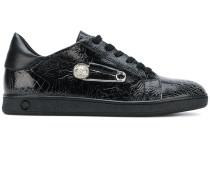 Sneakers mit Sicherheitsnadel-Verzierung