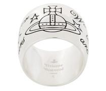 Ring mit aufgestempelter Aufschrift
