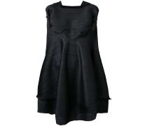 Ausgestelltes Kleid mit Einsätzen