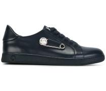 Sneakers mit Sicherheitsnadel