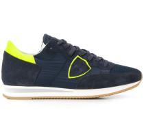 Sneakers mit Neon-Logo