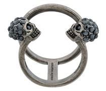 Verzierter Ring mit Totenkopfmotiv