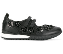 Sneakers mit Blumenapplikationen