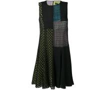 Ausgestelltes Kleid mit perforierten Details
