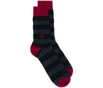 Gestreifte Socken mit Totenkopf