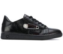 Sneakers mit Sicherheitsnadel-Applikation