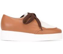 Schuhe mit Kontrasteinsatz