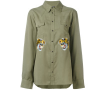 Hemd mit aufgestickten Tigern
