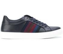 Sneakers mit seitlichen Streifen