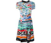 Ausgestelltes Kleid mit Regenbogen- und
