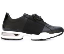 Sneakers mit Medusa-Applikation