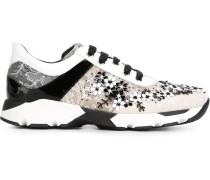 Sneakers mit floralen Spitzeneinsätzen