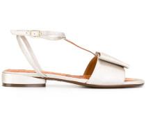 Flache Sandalen mit T-Riemen