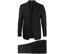 Einreihiger Anzug mit Anstecknadel