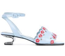 Sandalen mit Blumenstickerei
