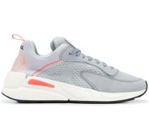 Sneakers mit Netzeinsätzen