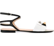 Verzierte Sandalen mit flachem Absatz