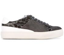 Sneakers mit Krokodilledereffekt