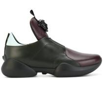 "Sneakers mit ""Medusa""-Schild"