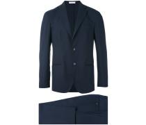 Enganliegender Anzug mit klassischem Design