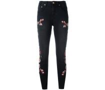 Cropped-Jeans mit Blumenstickerei