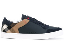 Sneakers mit kariertem Einsatz