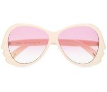 Sonnenbrille mit Gesichtsdetail