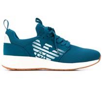 Sneakers mit perforiertem Logo