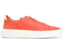 Sneakers mit goldfarbenen Beschlägen - women