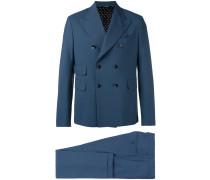 Anzug mit breitem Revers