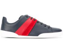 Sneakers mit gestreiften Details