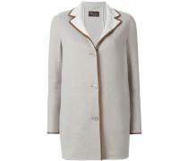 Kurzärmeliger Mantel mit einem Knopfverschluss