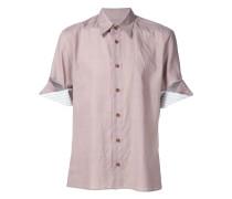 Hemd mit eingerollten Ärmeln