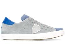 Sneakers mit seitlichen Einsätzen