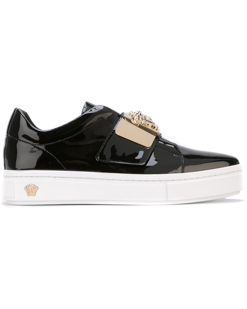 versace damen slip on sneakers mit logo schild reduziert. Black Bedroom Furniture Sets. Home Design Ideas