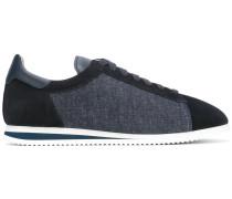 Sneakers mit Denim-Einsätzen